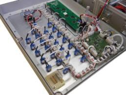 Outillage spécifique et moyens complémentaires à un banc de test : vue intérieure d'un coffret avec le câblage filaire